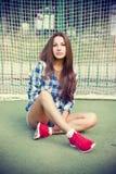 Mujer joven hermosa en el campo de fútbol Imagen de archivo