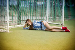 Mujer joven hermosa en el campo de fútbol Fotos de archivo libres de regalías
