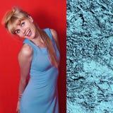 Mujer joven hermosa en el color de moda de Niágara del vestido de la primavera Imagenes de archivo