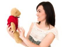 Mujer joven hermosa en el estudio tirado deteniendo a Teddy Bear Toy Imagen de archivo libre de regalías
