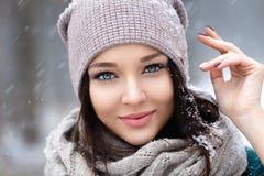 Mujer joven hermosa en el invierno al aire libre fotos de archivo libres de regalías