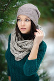 Mujer joven hermosa en el invierno al aire libre fotografía de archivo