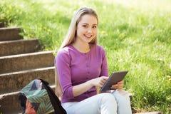 Mujer joven hermosa en el jardín Foto de archivo libre de regalías