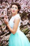 Mujer joven hermosa en el jardín de la primavera imagen de archivo libre de regalías