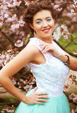 Mujer joven hermosa en el jardín de la primavera Fotografía de archivo libre de regalías