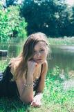 Mujer joven hermosa en el lago foto de archivo