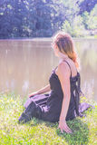 Mujer joven hermosa en el lago fotografía de archivo