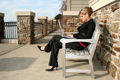 Mujer joven hermosa en el lago con la computadora portátil Foto de archivo libre de regalías