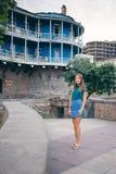 Mujer joven hermosa en el puente de la paz en ciudad vieja de la ciudad de Tbilisi, Georgia Fotos de archivo