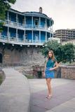 Mujer joven hermosa en el puente de la paz en ciudad vieja de la ciudad de Tbilisi, Georgia Fotografía de archivo