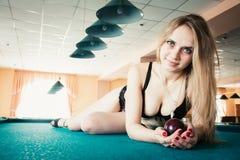 Mujer joven hermosa en el sujetador que miente en la piscina Imagenes de archivo