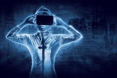 Mujer joven hermosa en el traje de plata del látex y auriculares de VR fotografía de archivo libre de regalías