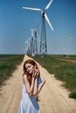 Mujer joven hermosa en el vestido blanco en campo del verano Foto de archivo libre de regalías