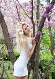 Mujer joven en el vestido blanco en parque de la primavera Fotografía de archivo