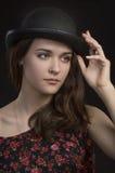 Mujer joven hermosa en hongo Fondo oscuro imágenes de archivo libres de regalías