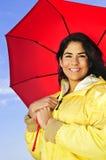 Mujer joven hermosa en impermeable con el paraguas Imagenes de archivo
