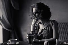 Mujer joven hermosa en interior Imagen de archivo libre de regalías