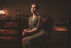Mujer joven hermosa en interior retro foto de archivo libre de regalías