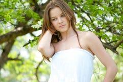 Mujer joven hermosa en jardín del manzano Foto de archivo