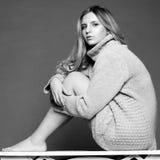 Mujer joven hermosa en jersey de lana de moda Fotos de archivo libres de regalías