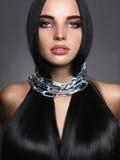 Mujer joven hermosa en la cadena de acero foto de archivo libre de regalías