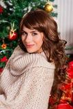 Mujer joven hermosa en la Navidad Foto de archivo libre de regalías