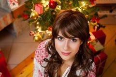 Mujer joven hermosa en la Navidad Foto de archivo