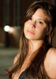 Mujer joven hermosa en la noche Foto de archivo libre de regalías