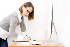 Mujer joven hermosa en la oficina Imagen de archivo libre de regalías