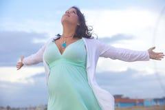 Mujer joven hermosa en la playa Fotos de archivo