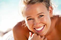 Mujer joven hermosa en la playa imagen de archivo