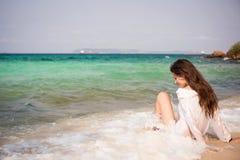 Mujer joven hermosa en la playa Imagen de archivo libre de regalías