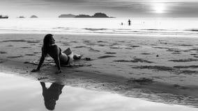 Mujer joven hermosa en la playa foto de archivo