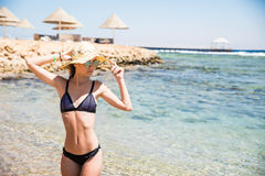 Mujer joven hermosa en la playa cerca del mar Fotografía de archivo