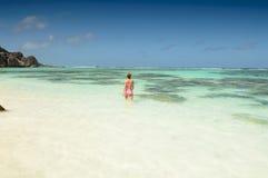 Mujer joven hermosa en la playa tropical de Seychelles Imagen de archivo libre de regalías