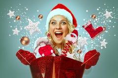 Mujer joven hermosa en la ropa de Papá Noel imágenes de archivo libres de regalías
