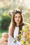 Mujer joven hermosa en luz de la primavera Fotografía de archivo