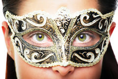 Mujer joven hermosa en máscara del carnaval foto de archivo