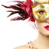 Mujer joven hermosa en máscara veneciana de oro misteriosa imagen de archivo libre de regalías