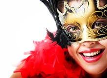 Mujer joven hermosa en máscara y pluma del carnaval foto de archivo