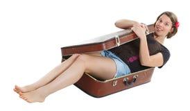 Mujer joven hermosa en maleta Foto de archivo libre de regalías