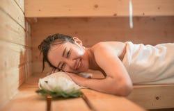 Mujer joven hermosa en muchacha del asiático de la sauna fotografía de archivo libre de regalías