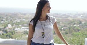 Mujer joven hermosa en paisaje urbano almacen de video
