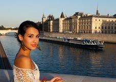 Mujer joven hermosa en París Imagen de archivo