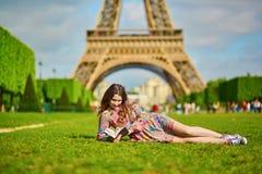 Mujer joven hermosa en París Fotos de archivo libres de regalías