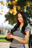 Mujer joven hermosa en parque Imágenes de archivo libres de regalías