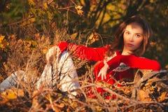 Mujer joven hermosa en parque del otoño Imagenes de archivo