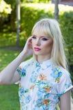 Mujer joven hermosa en parque del verano Imagen de archivo