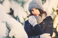 Mujer joven hermosa en parque en día de invierno que nieva Imagenes de archivo