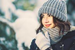 Mujer joven hermosa en parque en día de invierno que nieva Imágenes de archivo libres de regalías